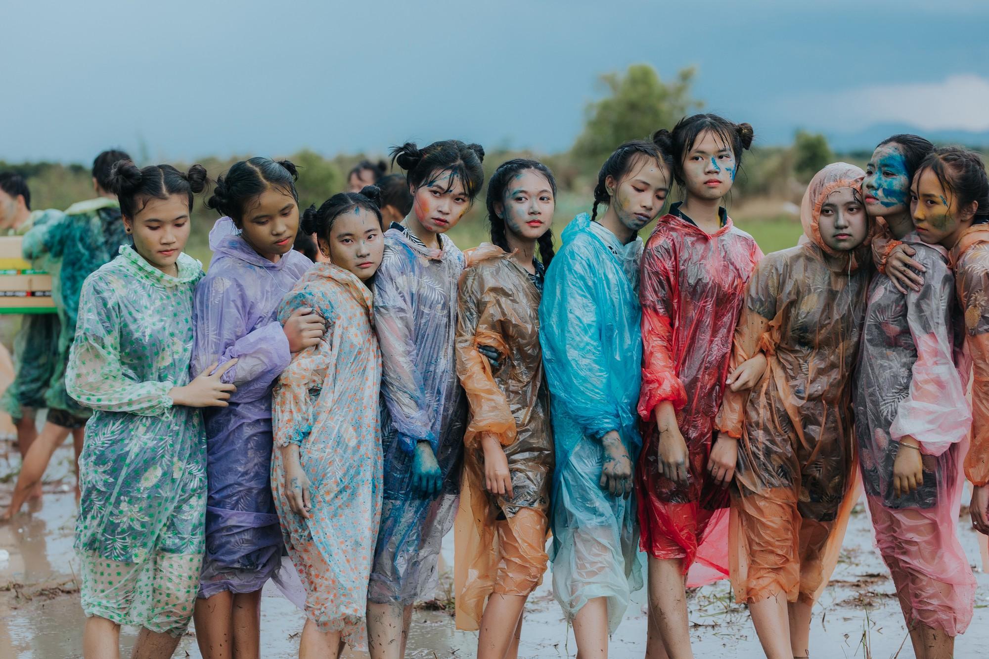 Quậy cùng nhau trên ruộng lúa, bộ kỷ yếu của lớp học này chứng minh: Cần gì tốn nhiều tiền, đơn giản nhưng vui là được! - Ảnh 4.