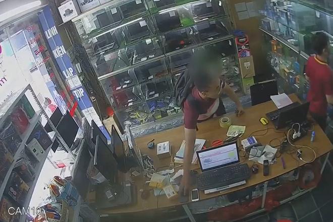 Clip: Nam thanh niên vờ hỏi mua laptop rồi tranh thủ trộm iPhone X của nhân viên bán hàng - Ảnh 3.