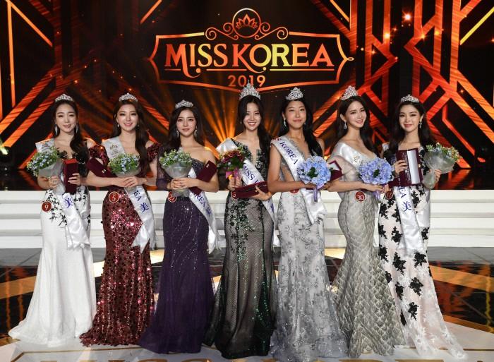Chung kết Hoa hậu Hàn Quốc 2019 gây bão: Tân Hoa hậu xinh đến mức dìm cựu Hoa hậu, dàn Á hậu đằng sau bị chê mặt nhựa - Ảnh 16.