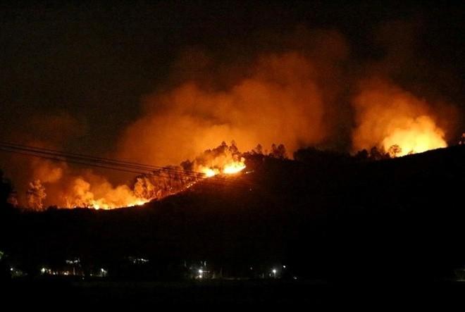 Hà Tĩnh: Lại cháy rừng tại Hương Sơn, khẩn cấp sơ tán dân trong đêm - Ảnh 2.