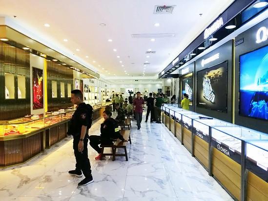 Bộ Công an đột kích trung tâm mua sắm toàn hàng nhái trị giá gần 100 tỷ - Ảnh 1.