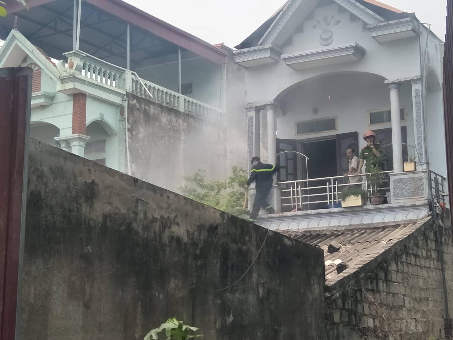 Hà Nam: Nhà dân bất ngờ cháy lớn cạnh quốc lộ 1A, lực lượng cứu hỏa phải phá cửa ngách dập lửa - Ảnh 1.