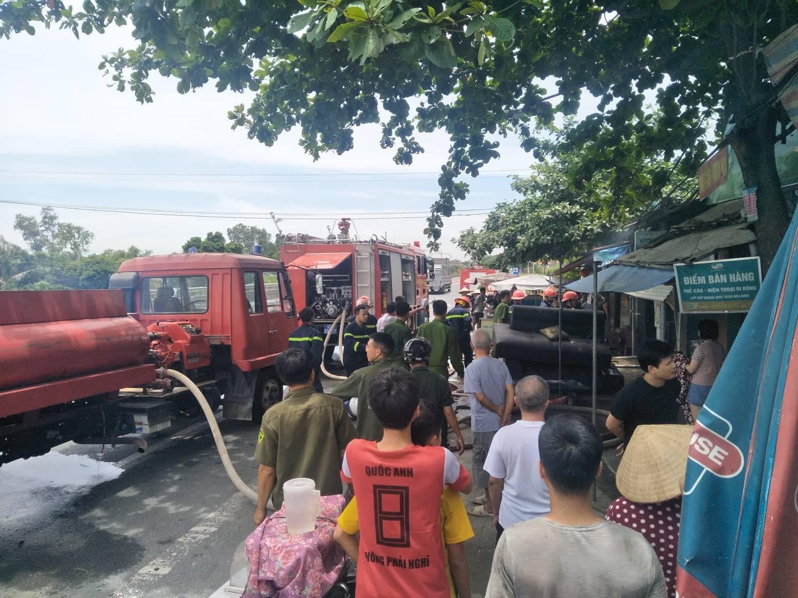 Hà Nam: Nhà dân bất ngờ cháy lớn cạnh quốc lộ 1A, lực lượng cứu hỏa phải phá cửa ngách dập lửa - Ảnh 3.