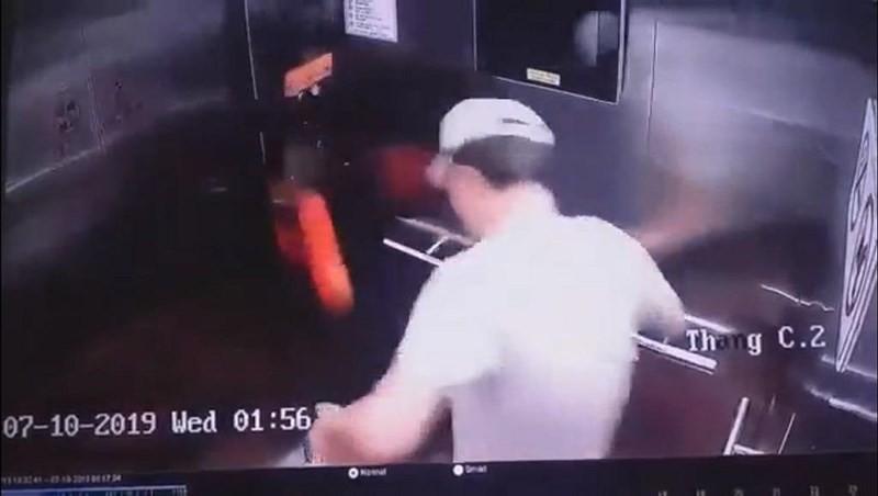 Nam thanh niên Hàn Quốc đá hư thang máy ở TP.HCM, xử lý sao? - Ảnh 1.