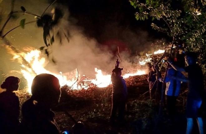 Hà Tĩnh: Lại cháy rừng tại Hương Sơn, khẩn cấp sơ tán dân trong đêm - Ảnh 3.