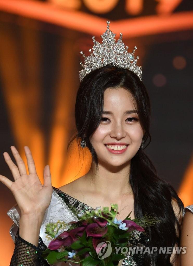 Chung kết Hoa hậu Hàn Quốc 2019 gây bão: Tân Hoa hậu xinh đến mức dìm cựu Hoa hậu, dàn Á hậu đằng sau bị chê mặt nhựa - Ảnh 1.