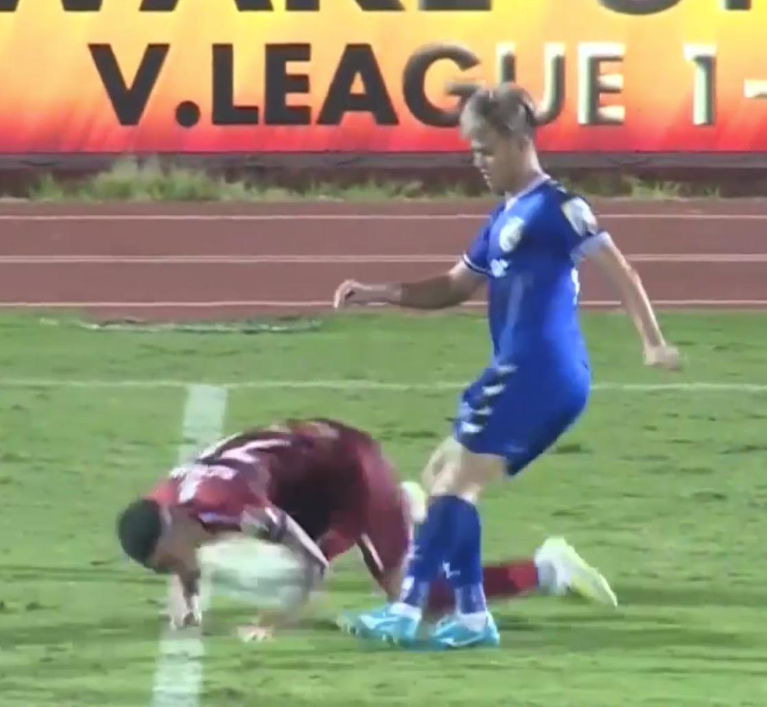 Sao U23 Việt Nam vừa hành động xấu xí đã nhận ngay trái đắng khi đốt lưới làm đội nhà bại trận ở V.League - Ảnh 1.