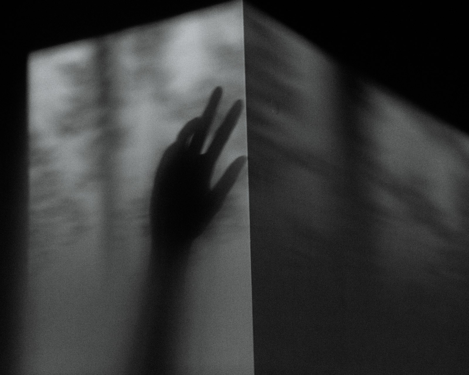 Nhật ký qua ảnh đầy xúc cảm của nữ y tá bị cưỡng hiếp và phải tự mình tìm lấy ánh sáng giữa hố sâu tăm tối - Ảnh 2.
