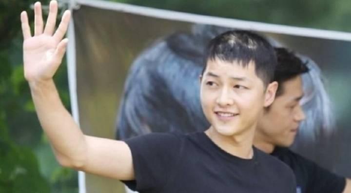 Tranh cãi ảnh Song Joong Ki bị hói đầu vì căng thẳng trong khi Song Hye Kyo tươi rói sau vụ ly hôn, sự thật là gì? - Ảnh 1.