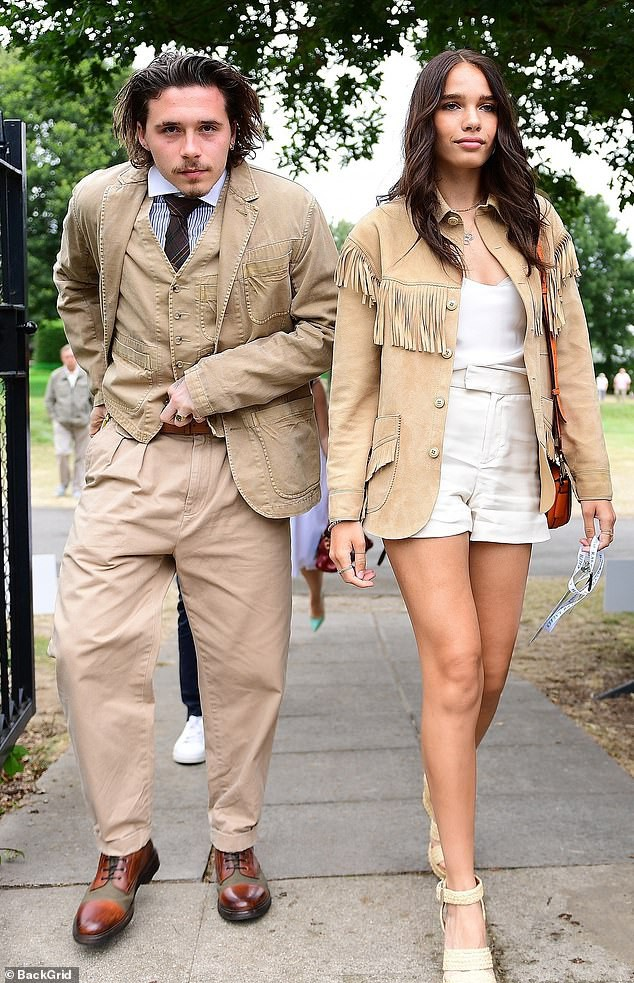 The whole Beckham family looked old and dull, side by side with their girlfriend over their age, nothing different than his father and son - Picture 3.