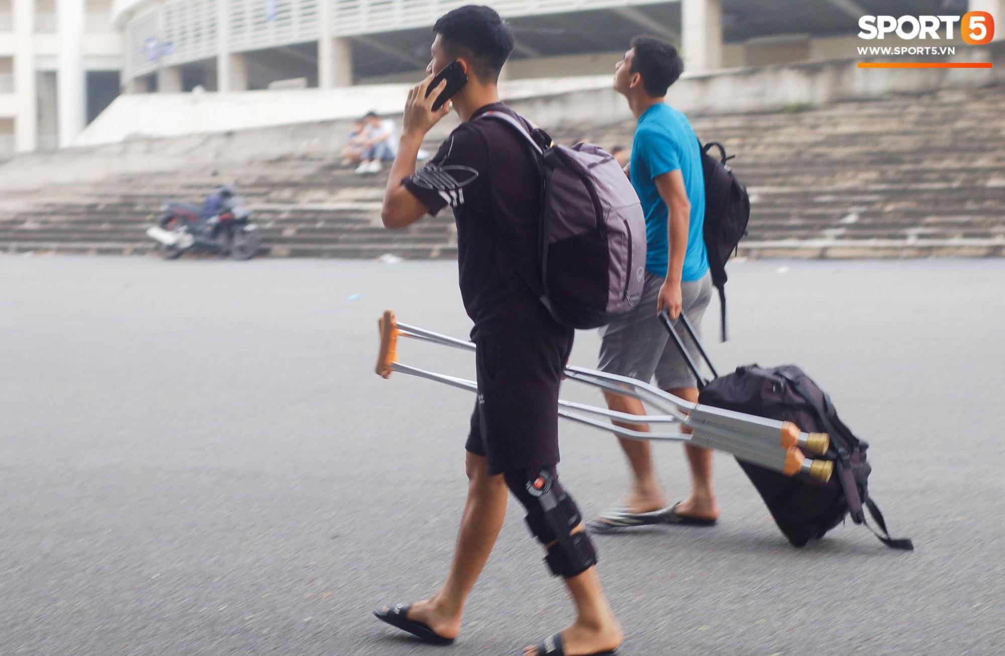 Đình Trọng chống nạng trở về Hà Nội FC, nhưng sự xuất hiện của người bạn thân mới làm người ta chú ý - Ảnh 2.