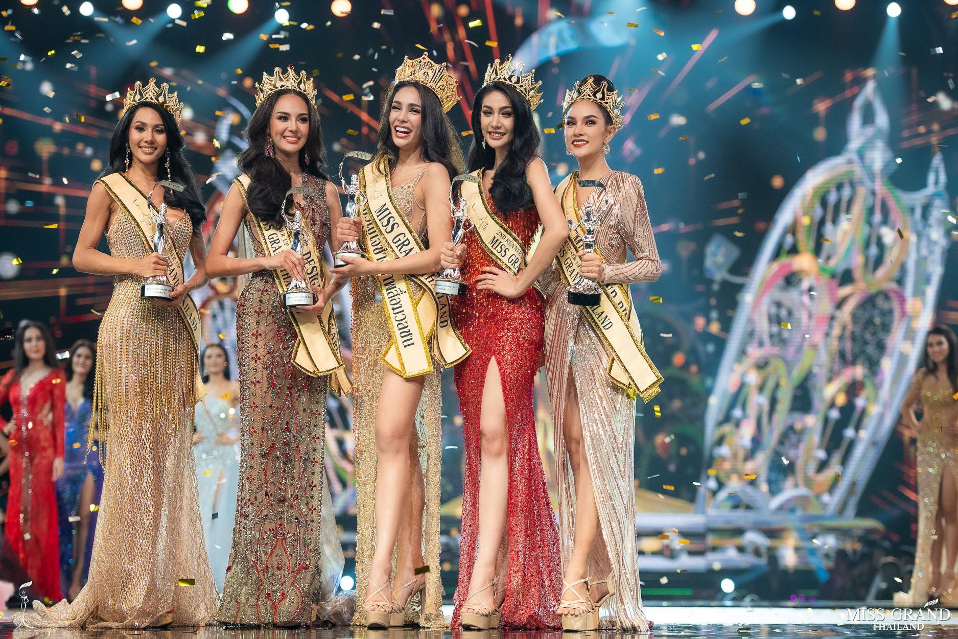 Tân Hoa hậu Hoà bình Thái: Đăng quang trong lạc lõng không được chúc mừng, bị chỉ trích vì từng hạ bệ Miss Universe 2018 - Ảnh 2.