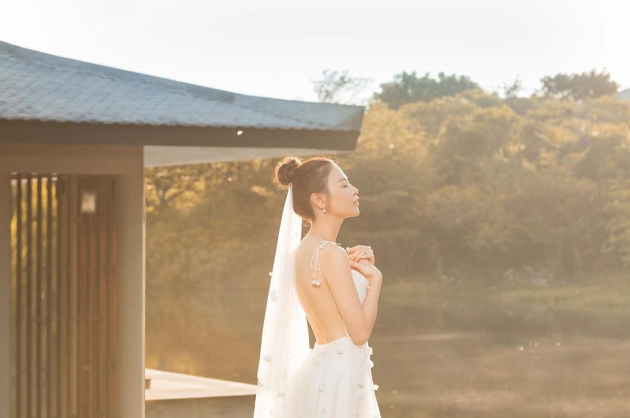 """Đàm Thu Trang tung thêm ảnh cưới trước ngày trọng đại, bờ lưng trần gợi cảm đúng là """"mướt mắt"""" - Ảnh 1."""