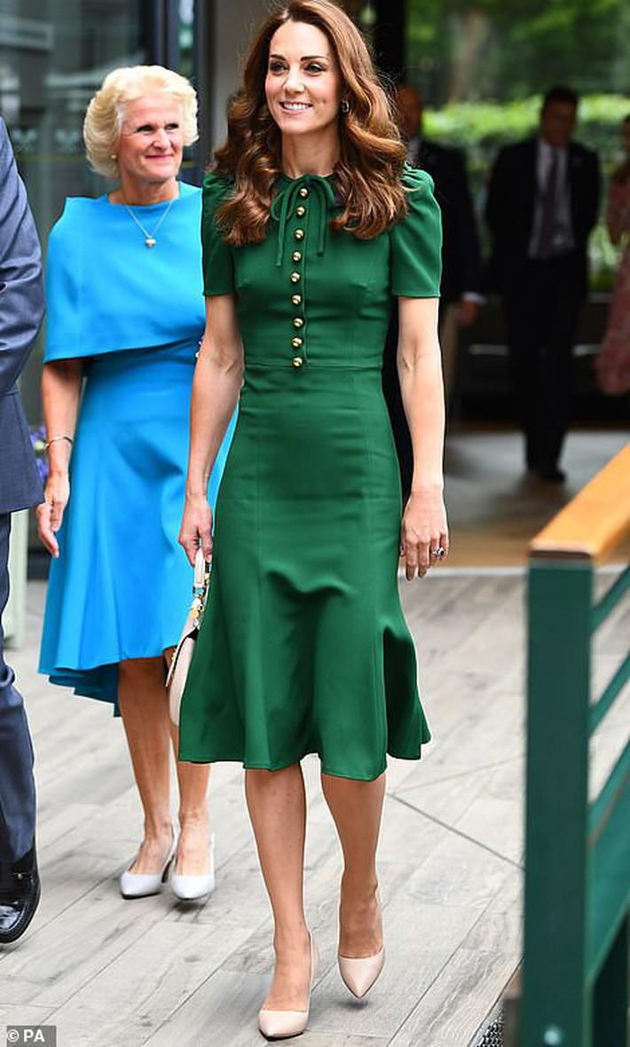 """Giật mình tưởng công nương Kate lộ điểm tế nhị nhưng hoá ra là do thiết kế váy """"phản chủ"""" - Ảnh 1."""