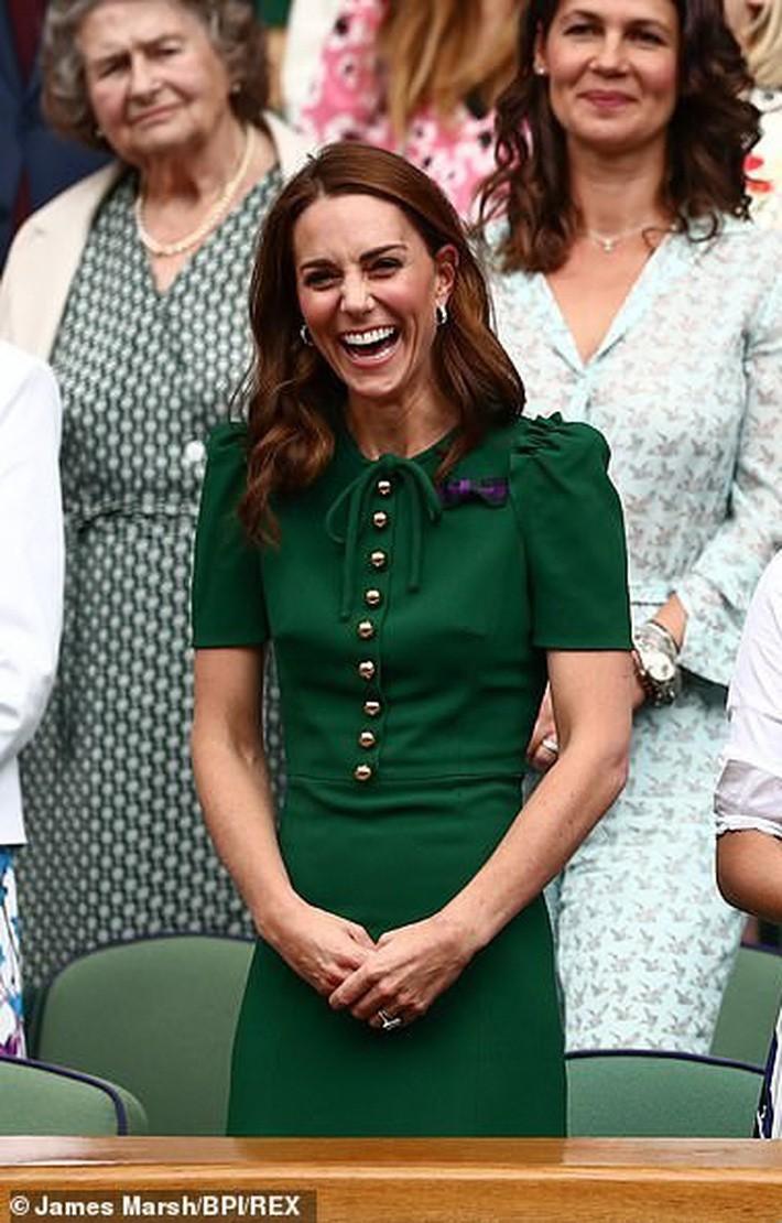 """Giật mình tưởng công nương Kate lộ điểm tế nhị nhưng hoá ra là do thiết kế váy """"phản chủ"""" - Ảnh 3."""