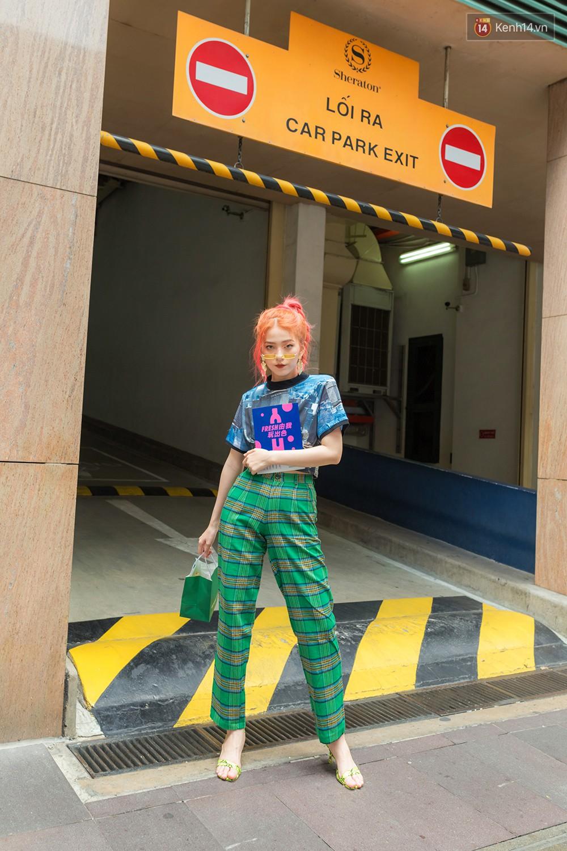 Nếu bí ý tưởng mặc đẹp ngày nóng, bạn cần xem ngay street style đơn giản mà chất thôi rồi của giới trẻ Việt tuần qua - Ảnh 1.