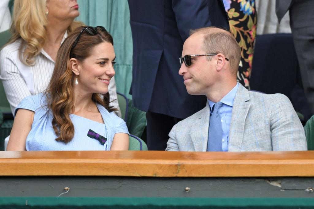 Chung kết Wimbledon: Công nương Kate hết ôm mặt lại chu môi ngạc nhiên tột độ khi chứng kiến trận siêu kinh điển quần vợt, Doctor Strange và Loki ăn mặc lịch lãm như đi thử vai Mật vụ Kingsman - Ảnh 1.