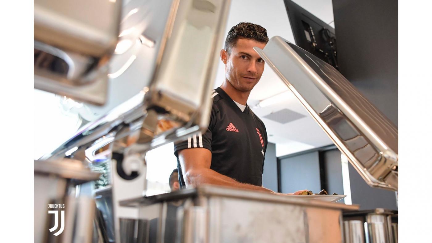 Ngắm Ronaldo cùng dàn nam thần nước Ý tới khai trương JHotel, nơi ở sang - xịn - mịn của cầu thủ Juventus trong những ngày tập luyện - Ảnh 3.