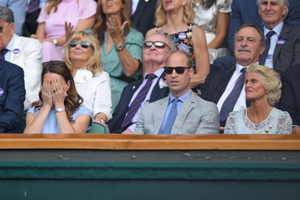 Chung kết Wimbledon: Công nương Kate hết ôm mặt lại chu môi ngạc nhiên tột độ khi chứng kiến trận siêu kinh điển quần vợt, Doctor Strange và Loki ăn mặc lịch lãm như đi thử vai Mật vụ Kingsman - Ảnh 5.
