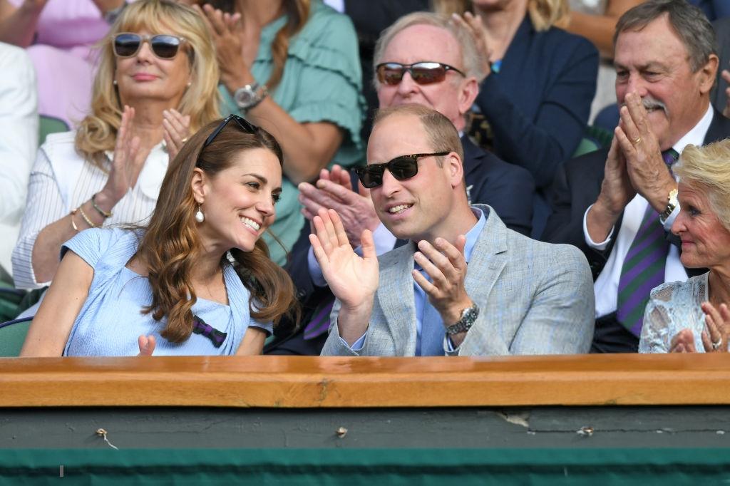 Chung kết Wimbledon: Công nương Kate hết ôm mặt lại chu môi ngạc nhiên tột độ khi chứng kiến trận siêu kinh điển quần vợt, Doctor Strange và Loki ăn mặc lịch lãm như đi thử vai Mật vụ Kingsman - Ảnh 3.