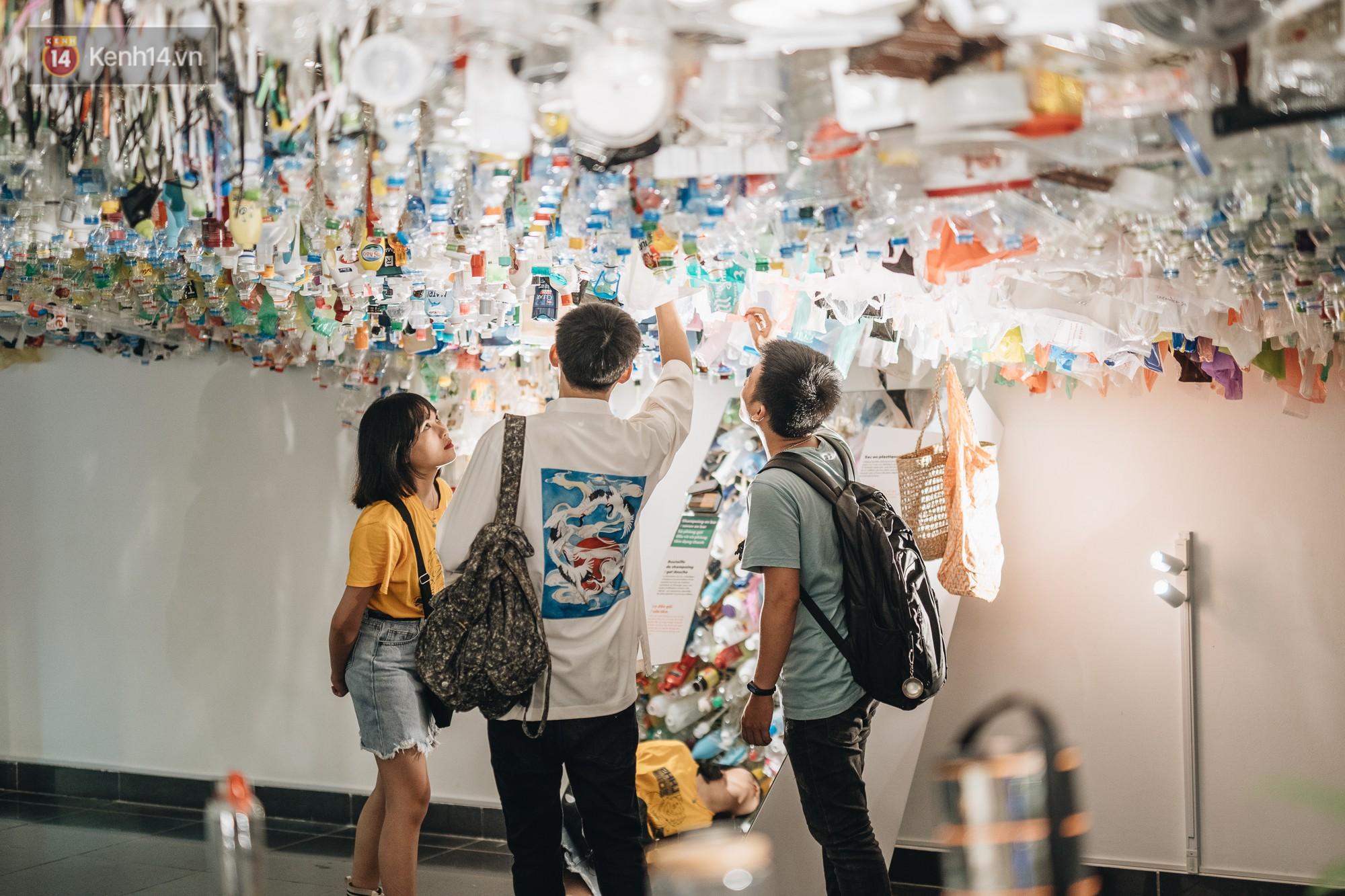 500kg rác thải treo lơ lửng trên đầu: Triển lãm ấn tượng ở Hà Nội khiến người xem ngộp thở - Ảnh 31.