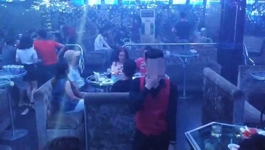 Hàng chục nam thanh nữ tú đang phê ma túy tháo chạy tán loạn khi công an đột kích quán bar ở Sài Gòn - Ảnh 1.