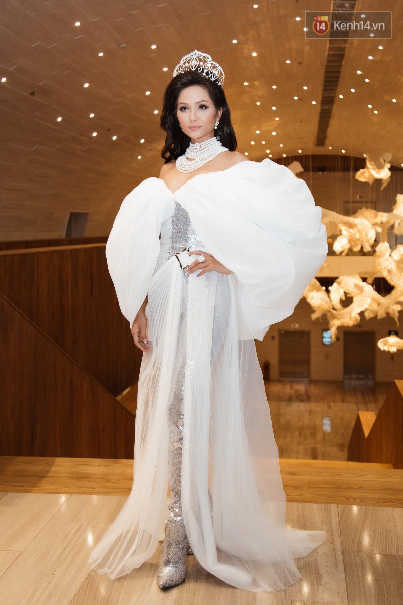 HHen Niê diện style khác lạ, Mâu Thủy hở bạo khoe ngực đầy trong sự kiện khởi động Miss Universe Việt Nam 2019 - Ảnh 2.