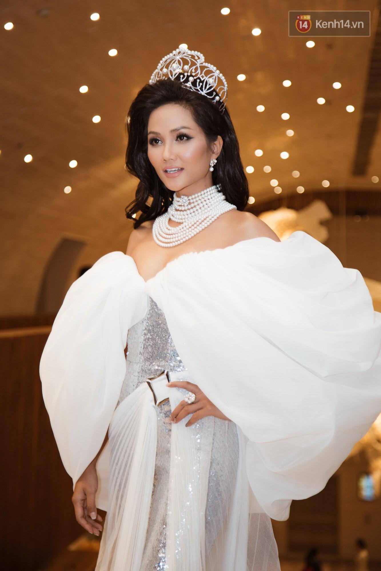 HHen Niê diện style khác lạ, Mâu Thủy hở bạo khoe ngực đầy trong sự kiện khởi động Miss Universe Việt Nam 2019 - Ảnh 1.