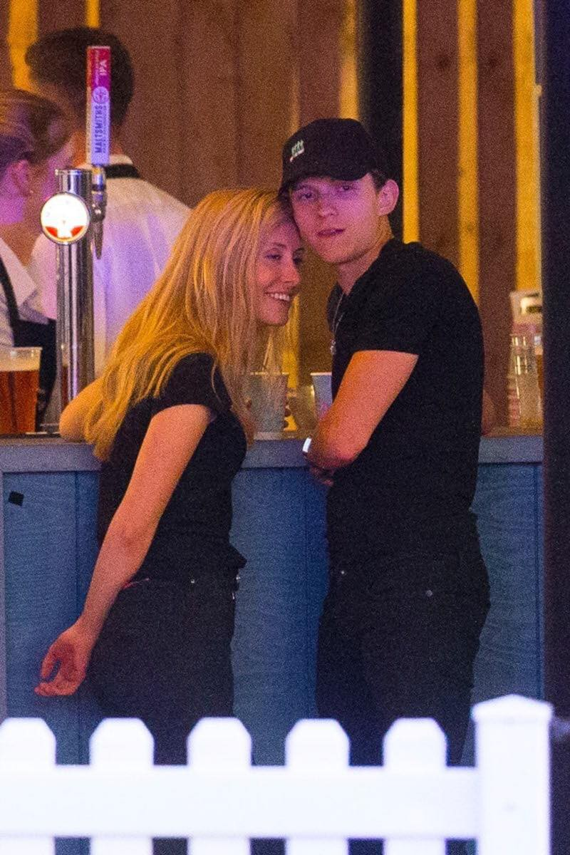 Spider-Man Tom Holland was caught in close contact with strange girls, but why are two younger older people different from their mothers? - Picture 1.