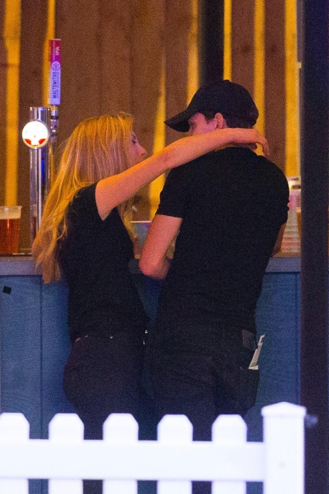 Spider-Man Tom Holland was caught in close contact with strange girls, but why are two younger older people different from their mothers? - Picture 3.