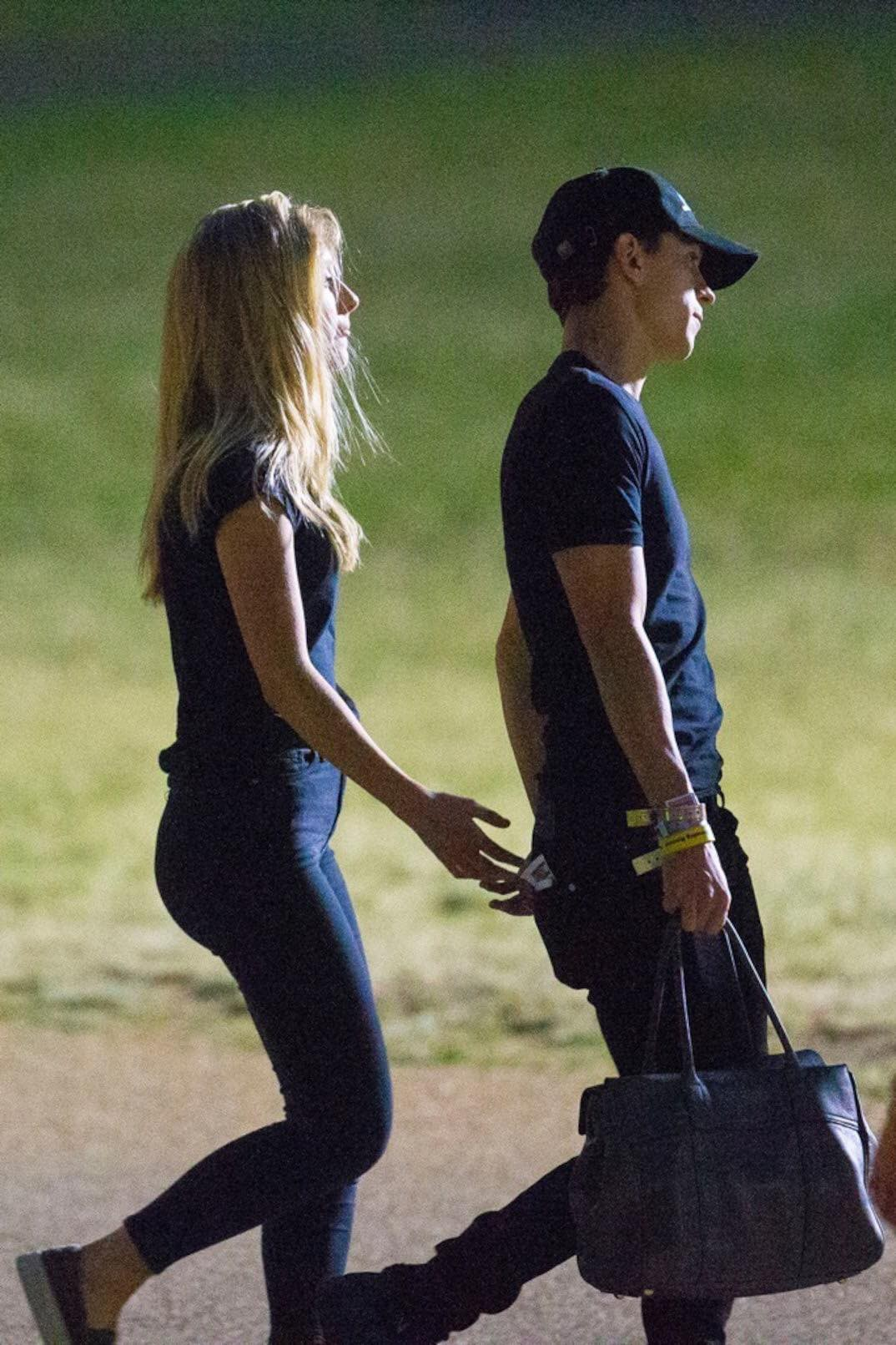 Spider-Man Tom Holland was caught in close contact with strange girls, but why are two younger older people different from their mothers? - Picture 10.