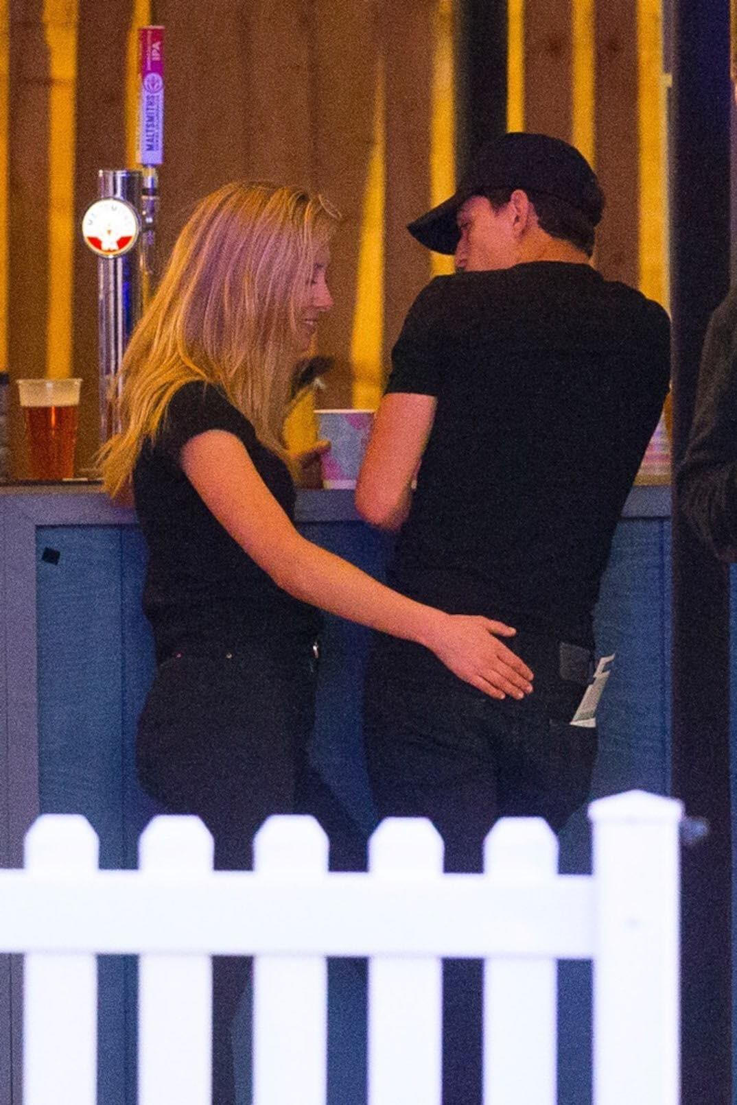 Spider-Man Tom Holland was caught in close contact with strange girls, but why are two younger older people different from their mothers? - Picture 2.