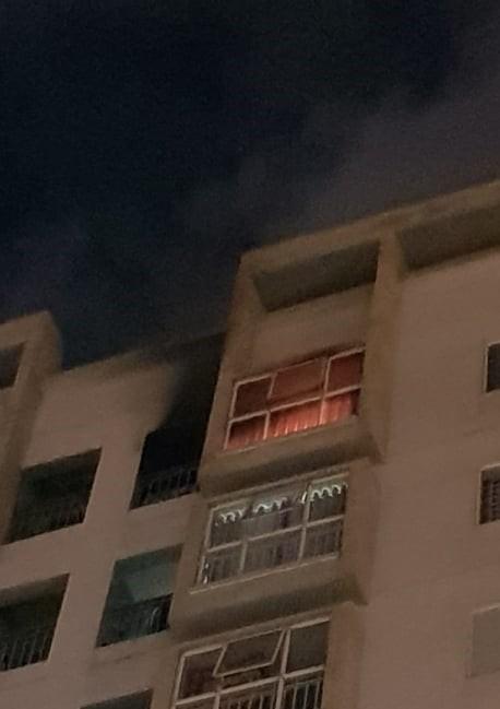 Thắp hương cúng rằm làm cháy chung cư ở Đà Nẵng, nhiều người tháo chạy trong đêm - Ảnh 2.