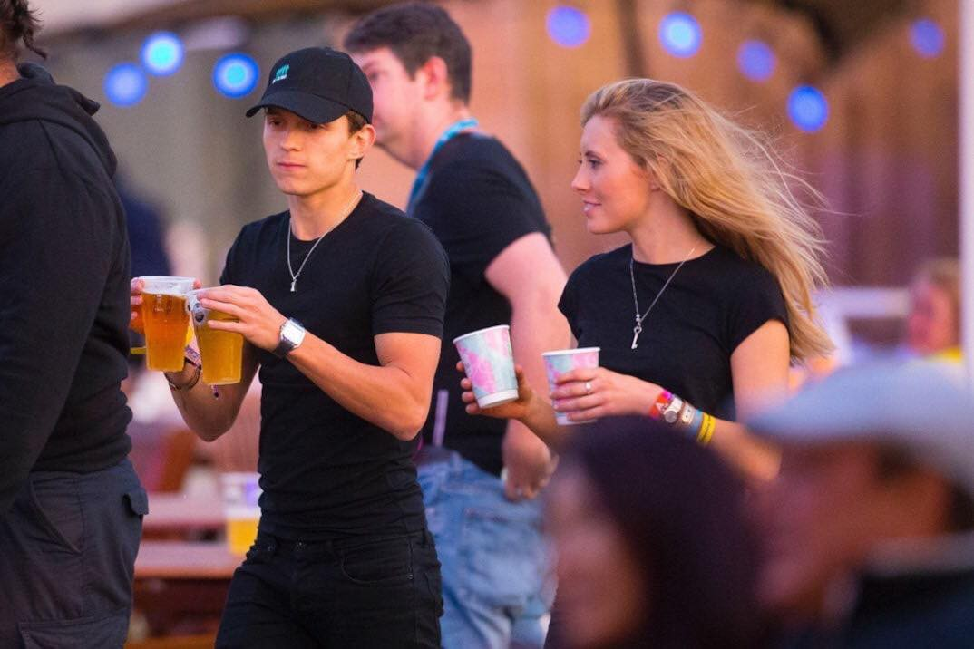 Spider-Man Tom Holland was caught in close contact with strange girls, but why are two younger older people different from their mothers? - Picture 5.