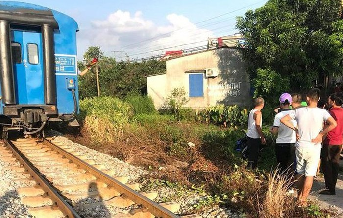 Thiếu quan sát khi băng qua đường sắt, hai nữ sinh lớp 10 ở Hải Dương bị tàu hỏa tông thiệt mạng - Ảnh 1.