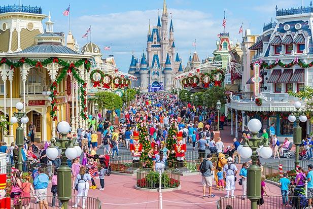 """Bất ngờ trước cảnh tượng """"vắng như chùa bà đanh"""" của công viên Disneyland nổi tiếng thế giới, nguyên nhân do đâu? - Ảnh 1."""