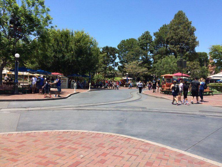 """Bất ngờ trước cảnh tượng """"vắng như chùa bà đanh"""" của công viên Disneyland nổi tiếng thế giới, nguyên nhân do đâu? - Ảnh 6."""
