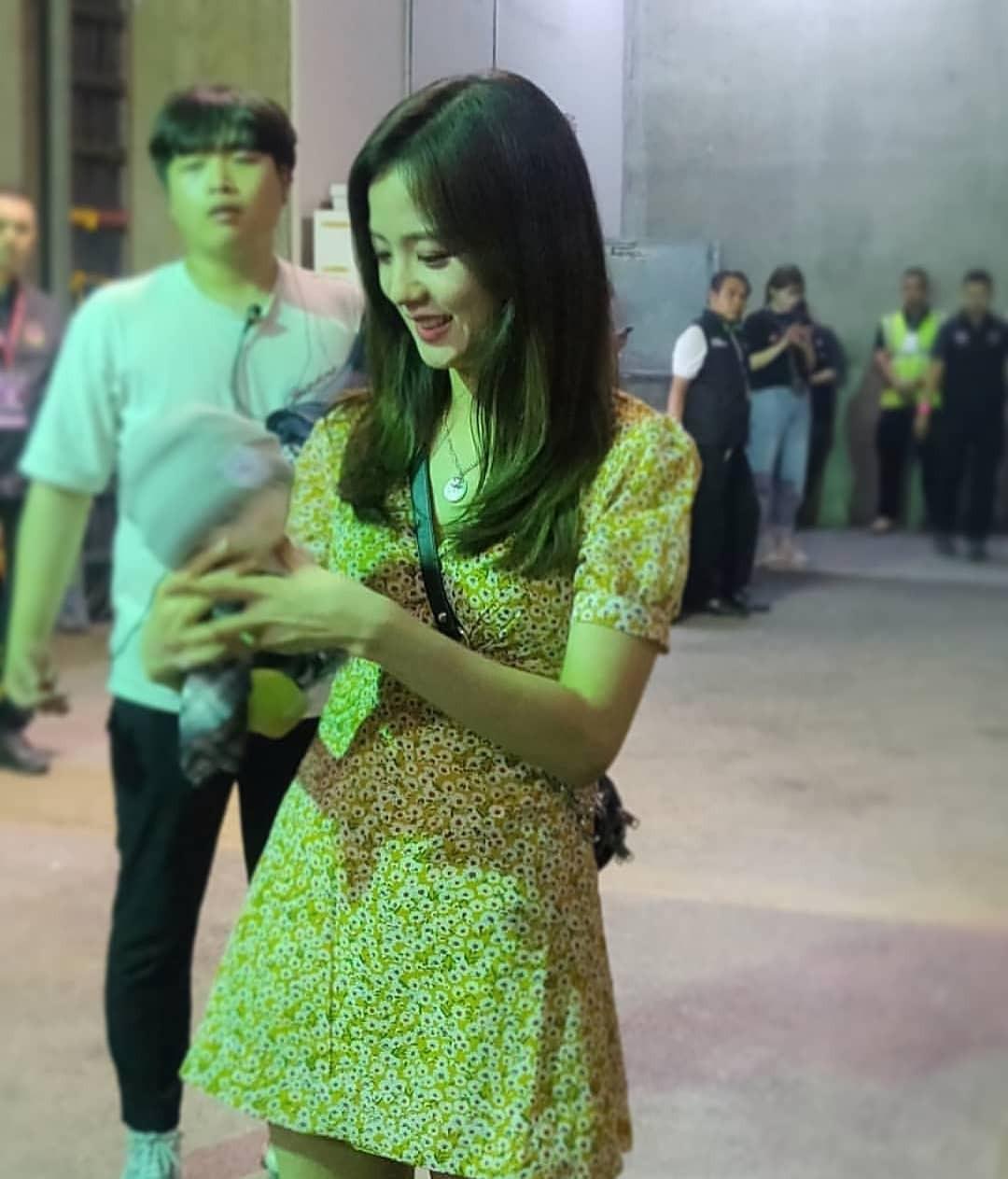 Hồn nhiên khoe mình mặc đồ đôi với Jisoo, mỗi tội chiếc váy mà Sun HT diện là... đồ nhái - Ảnh 2.