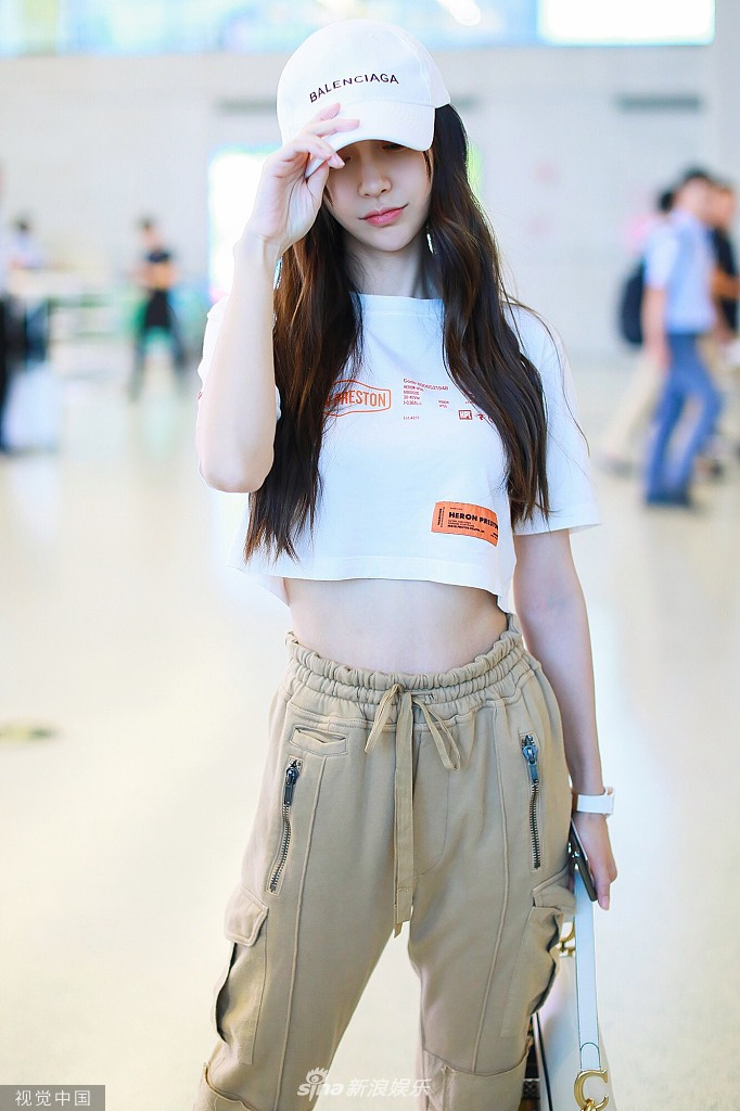 Không thể thua Dương Mịch, Angela Baby lần đầu diện croptop tại sân bay, chính thức nhảy vào cuộc đua khoe eo thon - Ảnh 1.