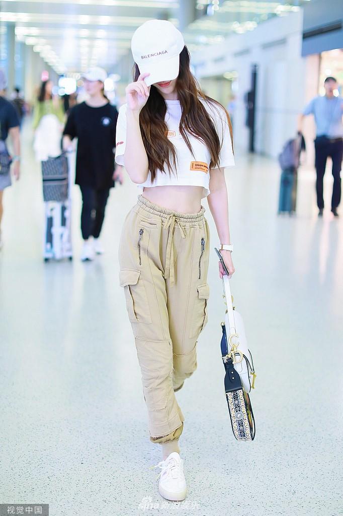 Không thể thua Dương Mịch, Angela Baby lần đầu diện croptop tại sân bay, chính thức nhảy vào cuộc đua khoe eo thon - Ảnh 2.