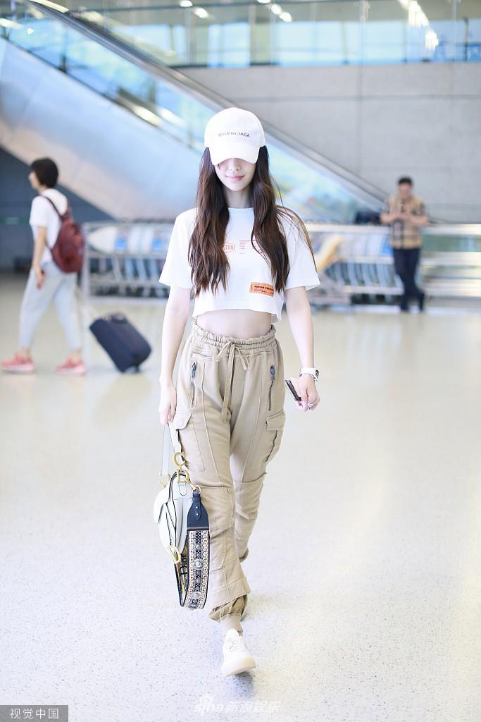 Không thể thua Dương Mịch, Angela Baby lần đầu diện croptop tại sân bay, chính thức nhảy vào cuộc đua khoe eo thon - Ảnh 3.