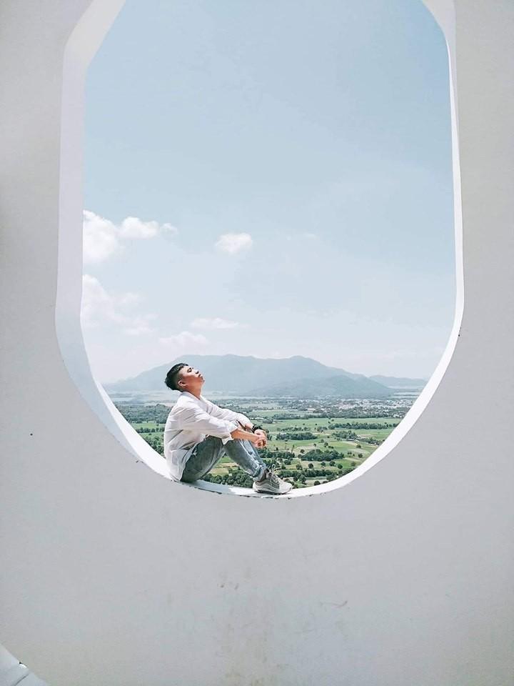 Há hốc mồm với xuất xứ của background sống ảo hình cửa sổ máy bay siêu to khổng lồ đang hot ở An Giang - Ảnh 1.