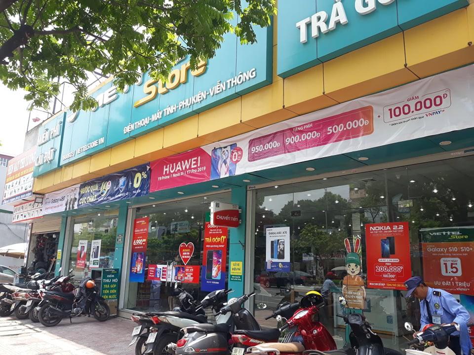 Hà Nội: Bảo vệ kể lại giây phút kinh hoàng khi nhân viên cửa hàng Viettel giành giật dao từ tay kẻ cướp - Ảnh 1.