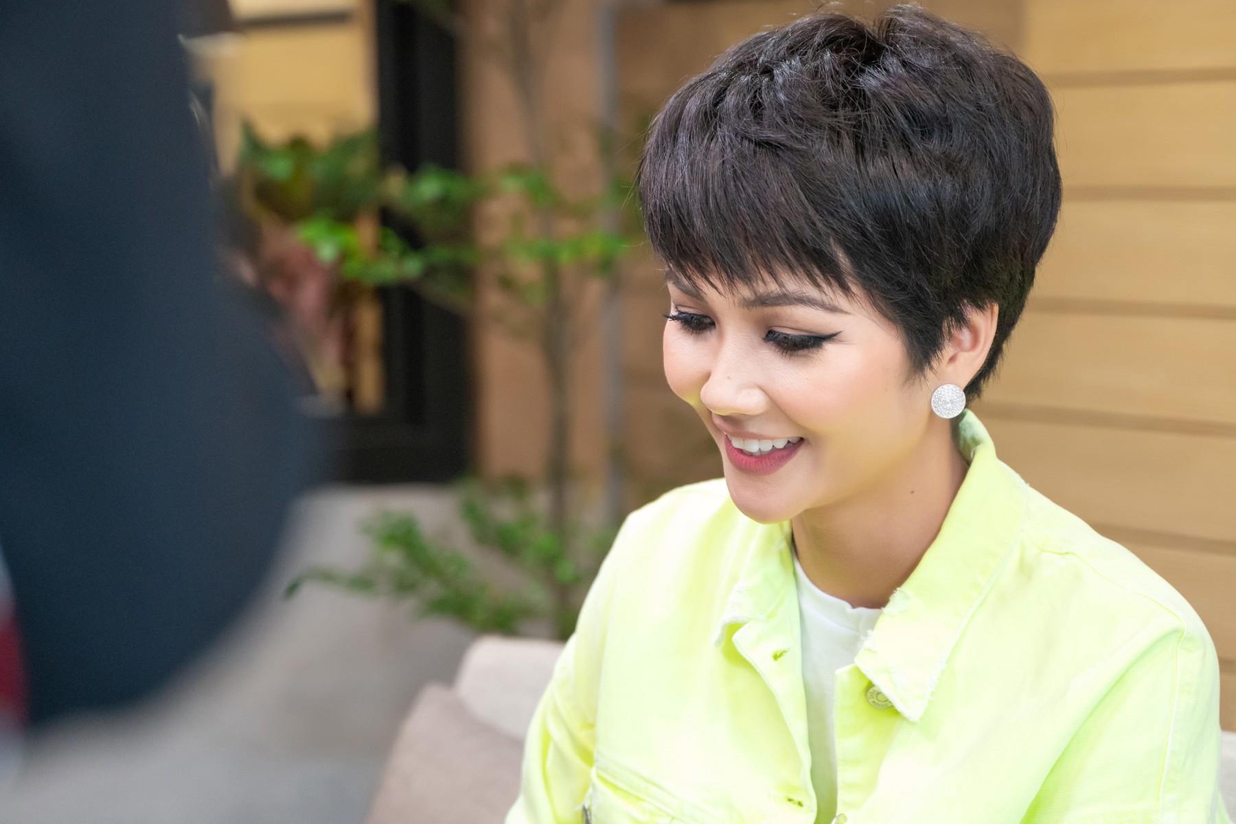 Hoa hậu HHen Niê tiết lộ từng được khuyên tiêm môi, sửa mũi, làm trắng da trước khi thi quốc tế - Ảnh 3.