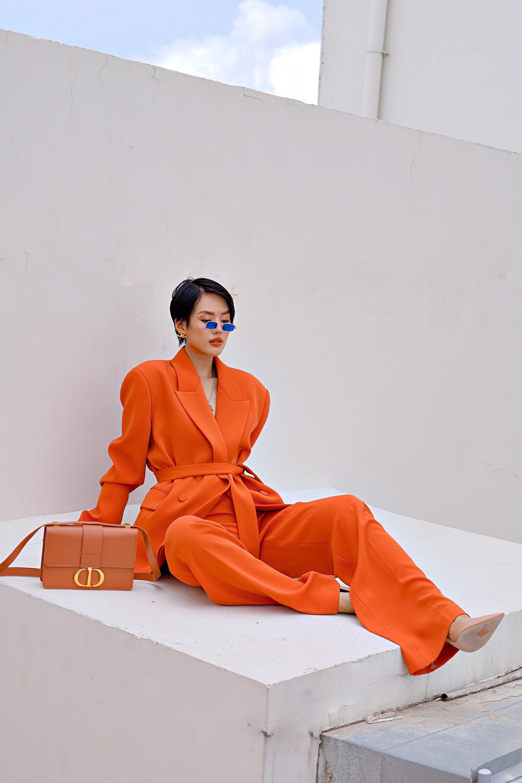 Cùng là 1 trang phục siêu khó nhằn: Tóc Tiên chơi màu cao tay mà Khánh Linh phối đồ cũng chuẩn - Ảnh 1.