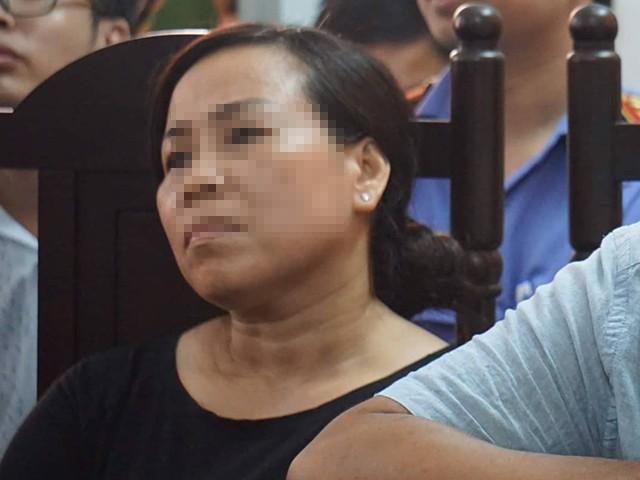 Mẹ chị V. mệt mỏi trong phiên tòa.