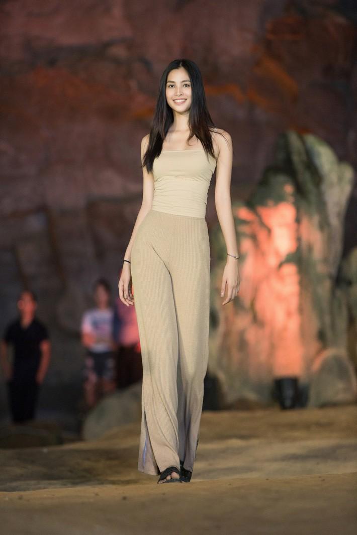 HH Tiểu Vy khoe mặt mộc siêu xinh, tự tin dẫn đầu dàn chân dài đình đám trình diễn catwalk trong hang động - Ảnh 6.