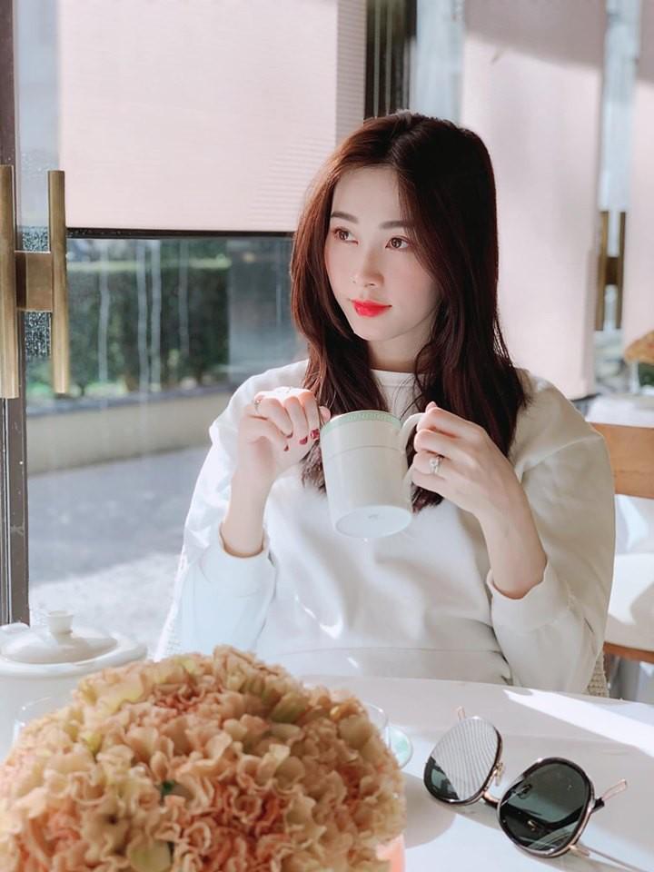 Trời ơi, tin được không? đến Hoa hậu Đặng Thu Thảo, Thu Trang cũng gia nhập hội fangirl của Sơn Tùng M-TP rồi này! - Ảnh 2.