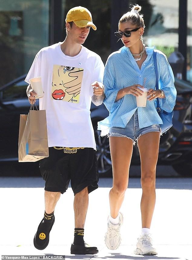 Đôi chân chiếm 2/3 tỷ lệ cơ thể của Hailey Baldwin làm lu mờ cả chồng Justin Bieber đang đứng ngay cạnh - Ảnh 3.