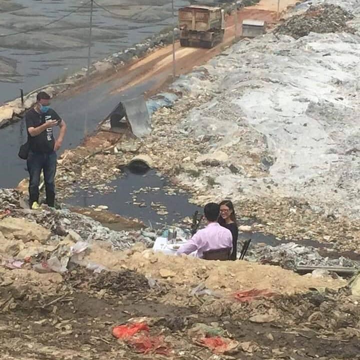 Hình ảnh cặp đôi dùng bữa giữa bãi rác lớn nhất Thủ đô khiến nhiều người giật mình: Một tương lai ăn ngủ cùng rác đang dần hiện hữu? - Ảnh 2.